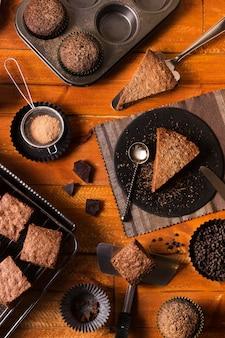 Vista superior de sobremesas de chocolate prontas para serem servidas