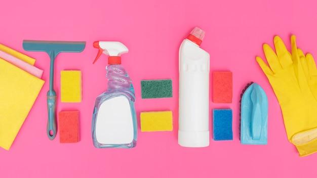 Vista superior de soluções de limpeza com luvas e esponjas
