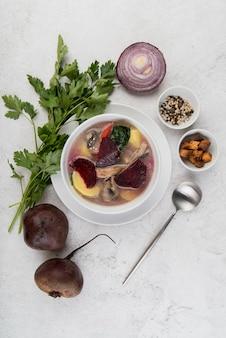 Vista superior de sopa caseira de cebola e legumes