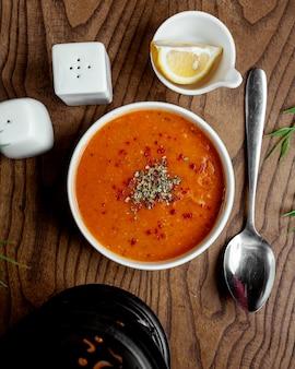 Vista superior de sopa de lentilha vermelha