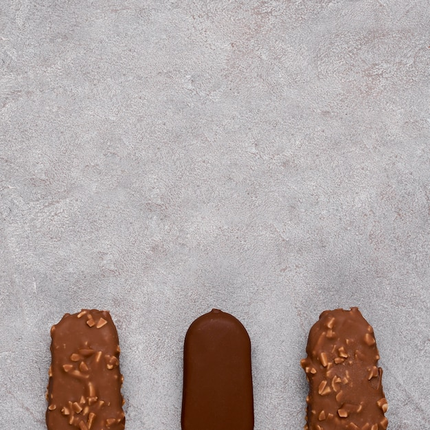 Vista superior de sorvete de chocolate com espaço para texto