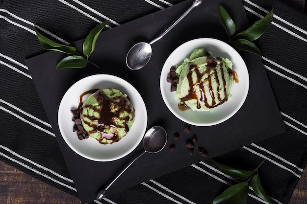 Vista superior de sorvete de pistache com cobertura de chocolate