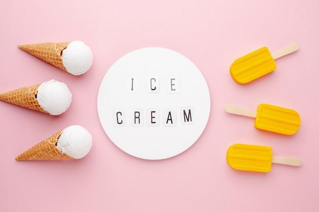 Vista superior de sorvete e sorvete no palito