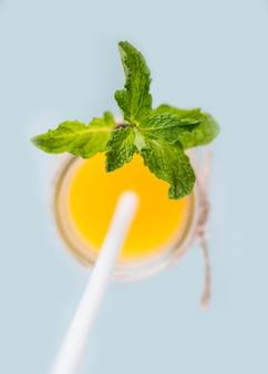 Vista superior de suco de laranja caseiro com hortelã
