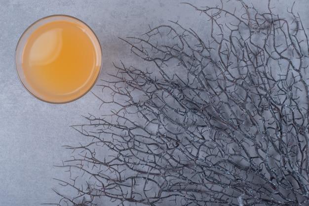 Vista superior de suco de laranja fresco