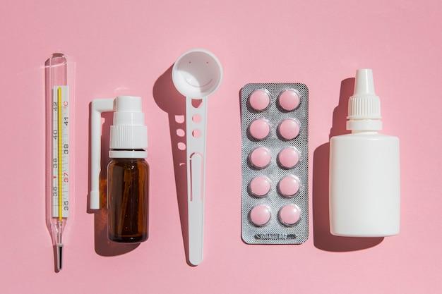 Vista superior de suprimentos médicos em cima da mesa