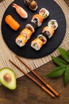 Vista superior de sushi chapeamento em fundo de madeira