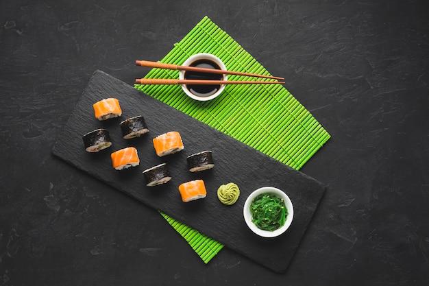 Vista superior de sushi chapeamento na esteira de bambu