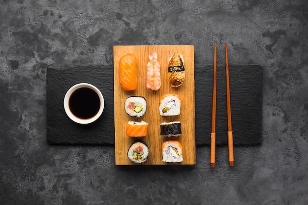 Vista superior de sushi chapeamento no fundo da ardósia