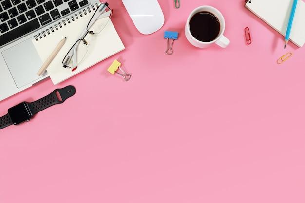 Vista superior de tabela de espaço de trabalho moderno com computação em rosa