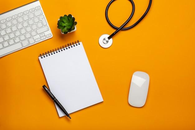 Vista superior, de, tabela doutor, com, estetoscópio, teclado, notepad, e, caneta