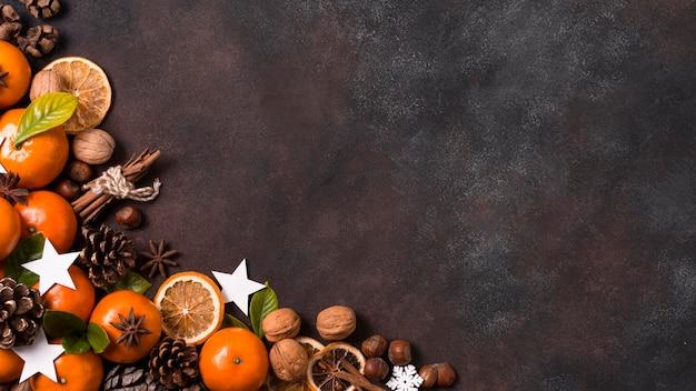 Vista superior de tabngerines com pinhas e nozes para o natal