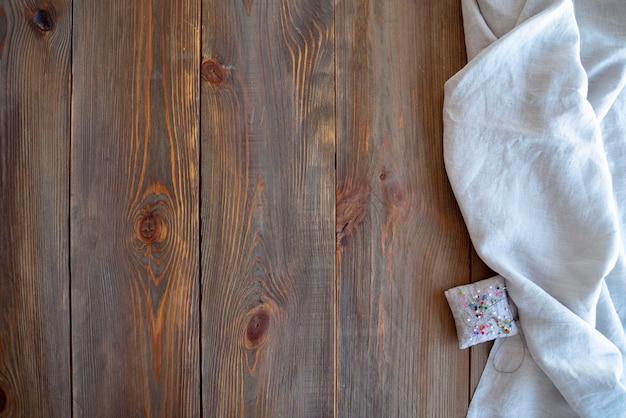 Vista superior de tábuas de madeira velha e tecido