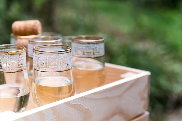 Vista superior de taças de champanhe em caixa de madeira