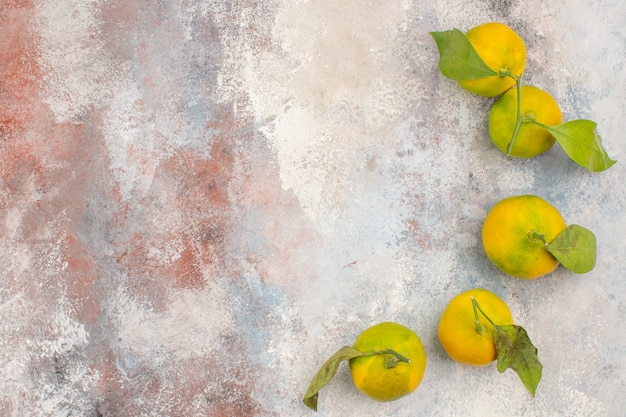 Vista superior de tangerinas frescas em fundo nu