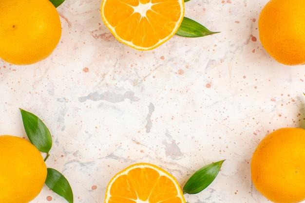 Vista superior de tangerinas frescas em uma superfície isolada brilhante com espaço de cópia