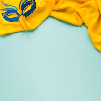 Vista superior de têxteis com máscara de carnaval