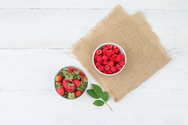 Vista superior de tigelas com frutas vermelhas