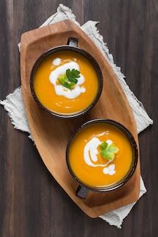Vista superior de tigelas com sopa de abóbora