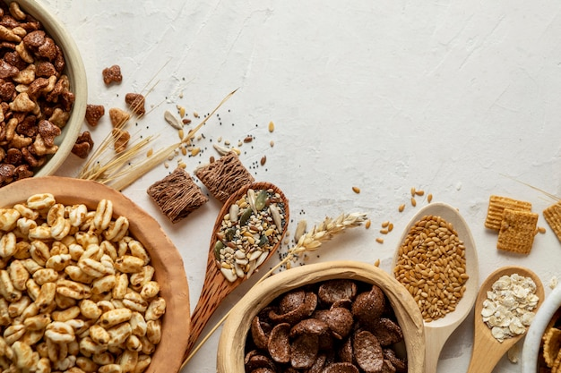 Vista superior de tigelas com uma variedade de cereais matinais