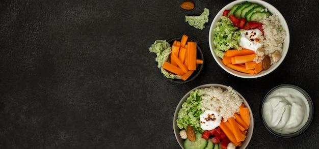 Vista superior de tigelas de salada vegetariana com cuscuz e cópia-espaço