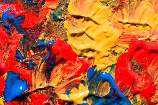 Vista superior de tinta multicolorida na superfície