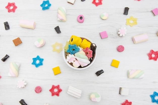 Vista superior de todos os tipos de alcaçuz colorido, doces de geléia e marshmallow