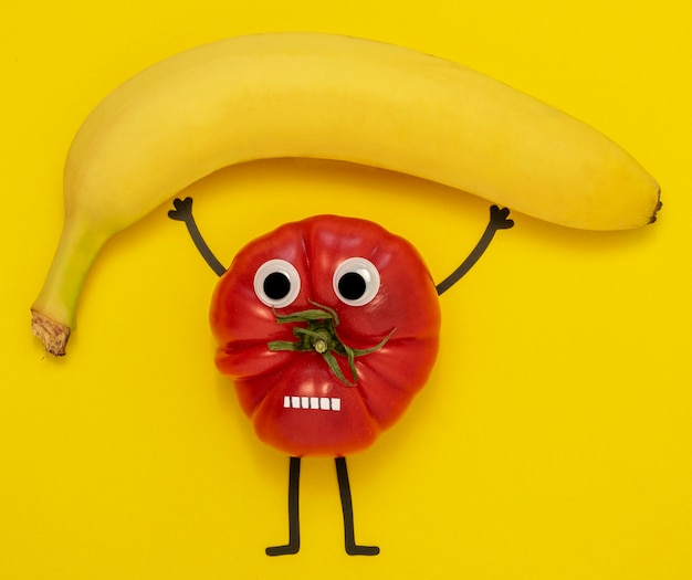 Vista superior de tomate e banana a