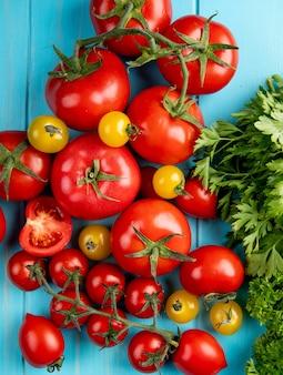 Vista superior de tomate e coentro na superfície azul