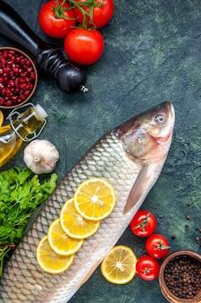 Vista superior de tomate moedor de pimenta de peixe cru na mesa