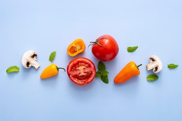 Vista superior de tomates, cogumelos e pimentas