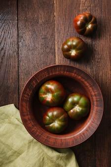 Vista superior de tomates em uma tigela e pano
