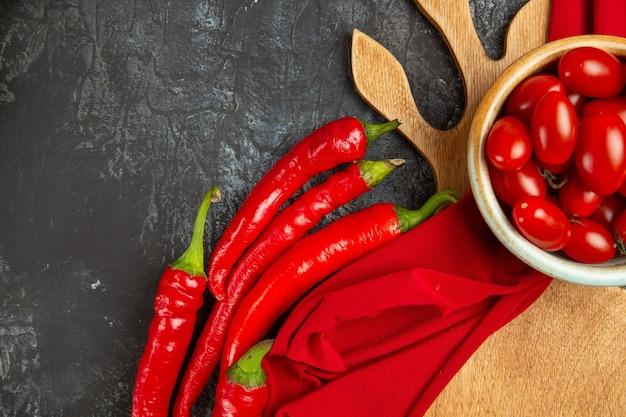 Vista superior de tomates frescos com pimenta picante