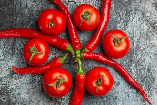 Vista superior de tomates frescos com pimentas picantes