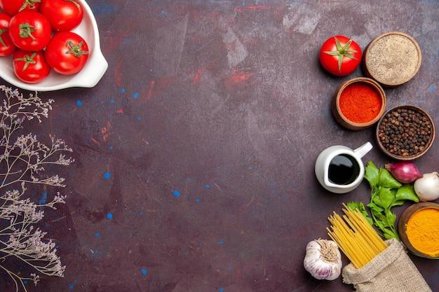 Vista superior de tomates frescos com temperos em preto