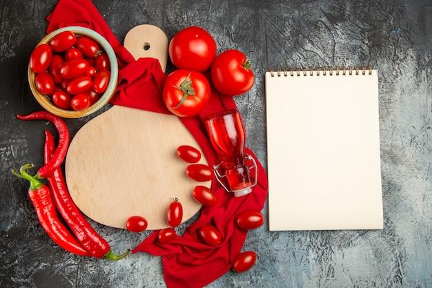 Vista superior de tomates frescos