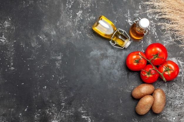 Vista superior de tomates maduros e especiarias