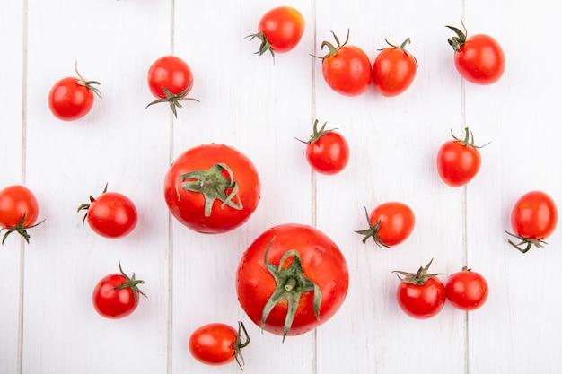 Vista superior de tomates na superfície de madeira