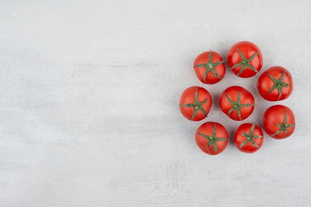 Vista superior de tomates vermelhos em fundo branco.
