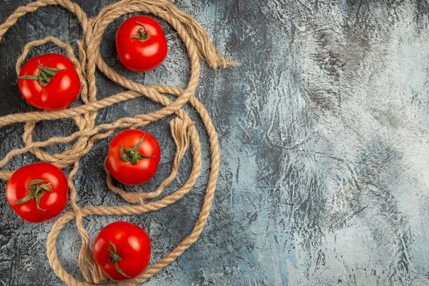 Vista superior de tomates vermelhos frescos com cordas