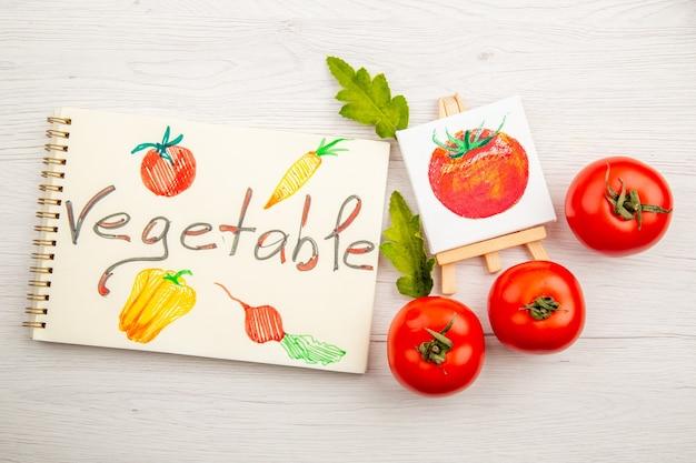 Vista superior de tomates vermelhos frescos na mesa branca