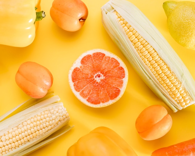Vista superior de toranja com milho e pêssegos