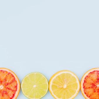Vista superior de toranja e rodelas de limão com espaço de cópia