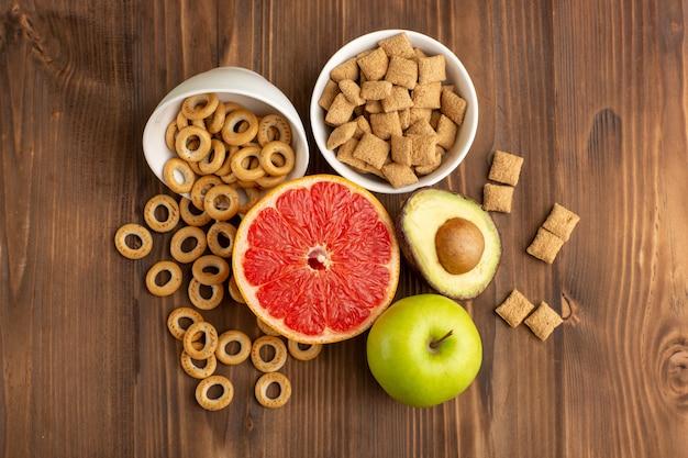 Vista superior de toranja fresca com biscoitos e biscoitos na mesa de madeira
