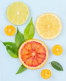 Vista superior de toranja orgânica e rodelas de limão