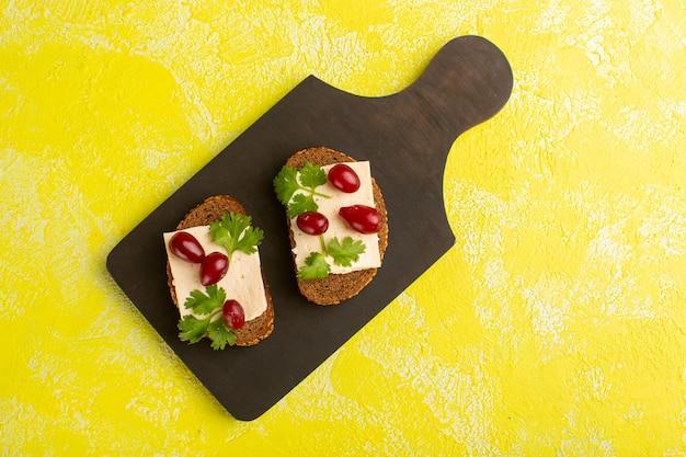 Vista superior de torradas de pão com nozes e queijo na mesa amarela