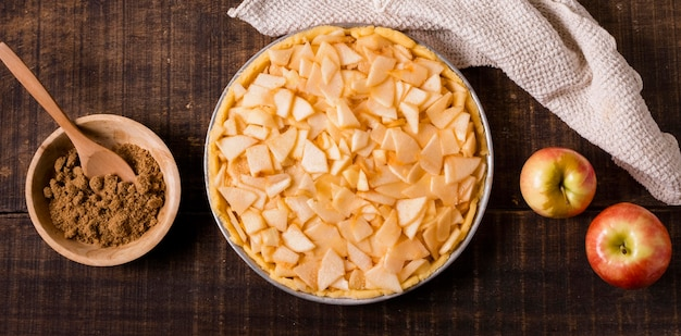 Vista superior de torta de maçã crua com canela