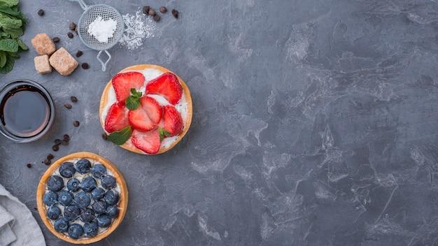 Vista superior de tortas de frutas com espaço para texto