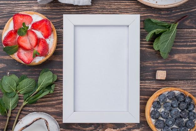 Vista superior de tortas de frutas com moldura e hortelã