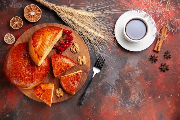Vista superior de tortas doces com uma xícara de chá